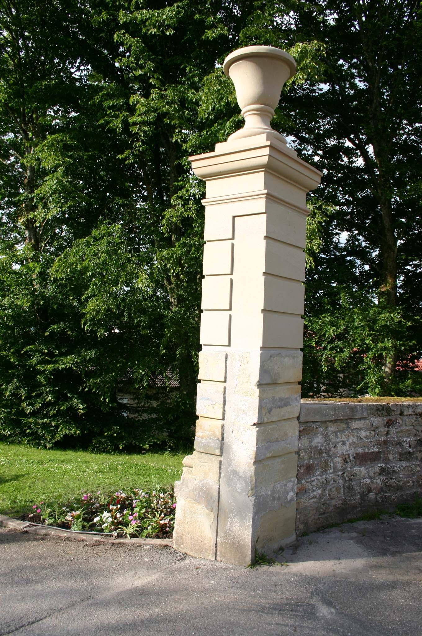 Colonne décorative en pierre de taille
