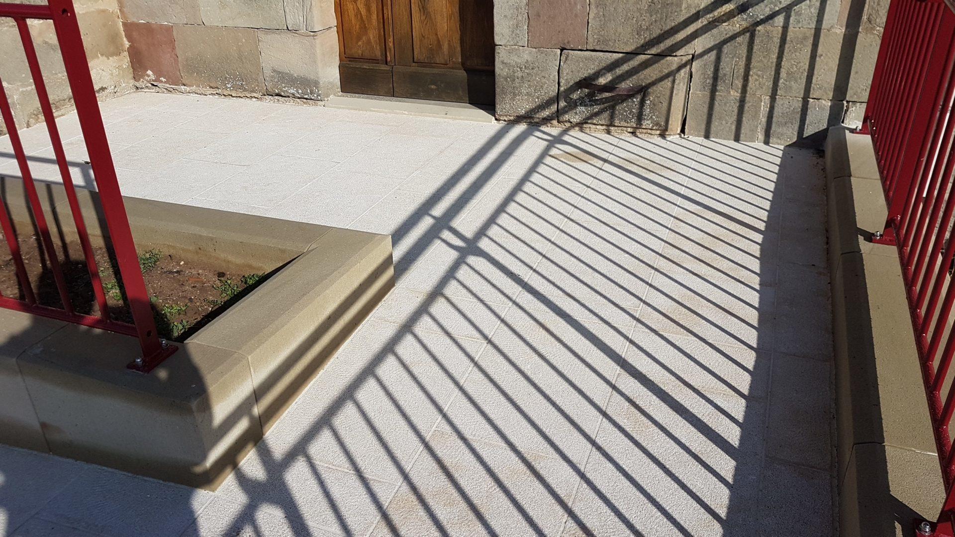 Rampe d'accès en pierre à un bâtiment