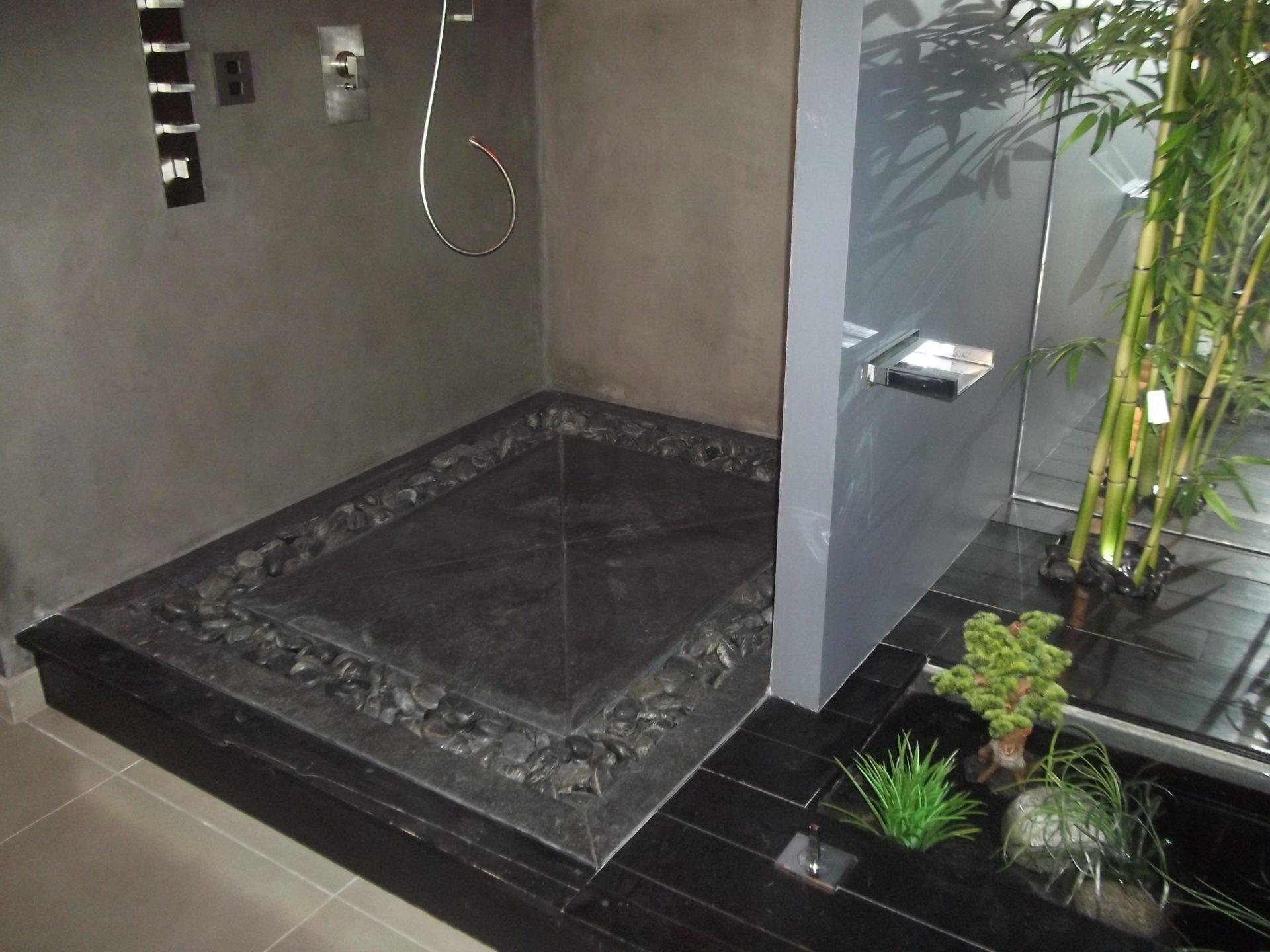 Revêtement au sol d'une salle de bain en pierre anthracite